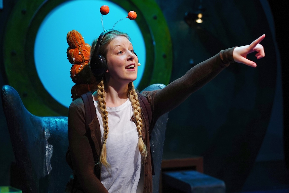 Theatre show, snail on the whale